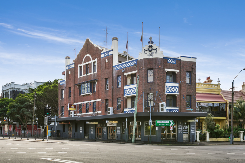 Captain Cook Hotel building photo